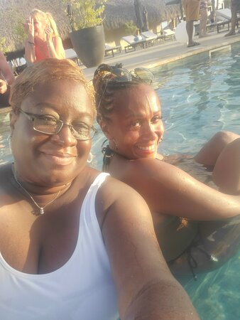 This one here..had us rolling the entire time by the pool. Much love to Ms Aylisha. She and Ms Dawn might try to meet me in Costa Rica. #blacktravel #melaninpoppin #queenssupportqueens #greenworldwidetravel