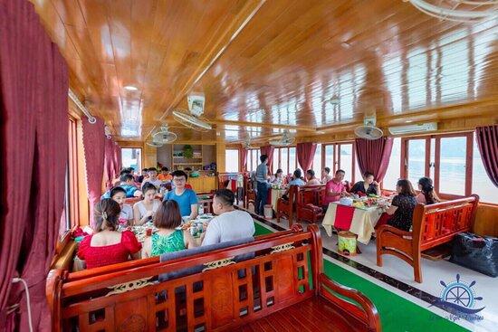 bữa trưa trên du thuyền