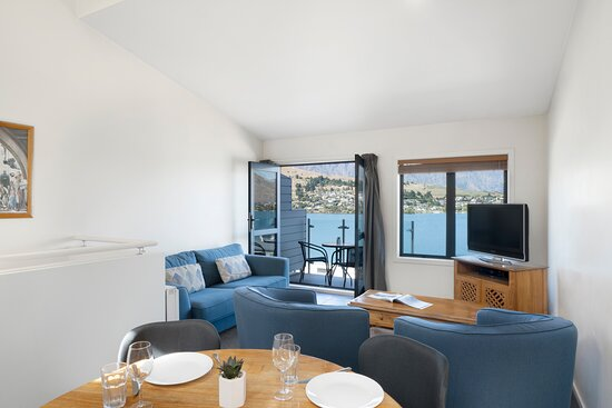 BreakFree-The-Point-Queenstown-1-Bedroom-Lakeview-Apartment-Lounge
