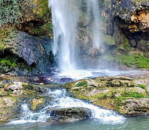 Navajas, España: 🌄🏞️🌳 waterfall 💧
