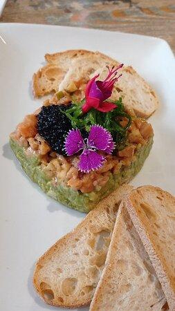 Tartar de salmón: algo picante pero le da un gusto muy original. Además el alga wakame le da un toque delicioso
