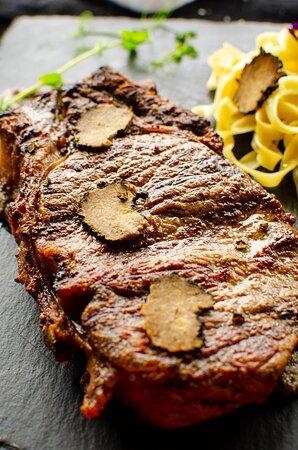 New York Strip steak u umaku od tartufa s tagliatelle-ma