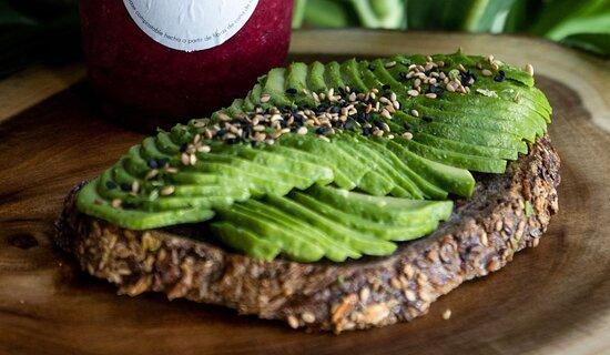 Deliciosa Tosta de Aguacate, en pan de Masa madre con semillas y cereales.