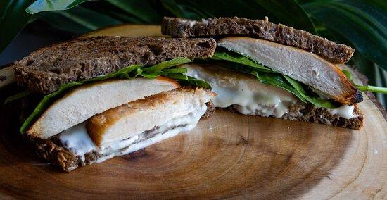 Delicioso Sandwich de Pollo, en pan de masa madre con semillas y cereales.