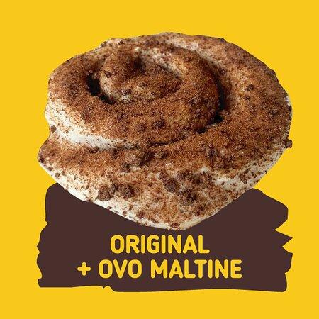 Cinnamon Roll Original + Ovomaltine  (O cinnamon Roll é um bonito fofinho e docinho com mousse de Cream Cheese e Canela e com diversas opções de toppings para você deixar ele ainda mais delicioso).
