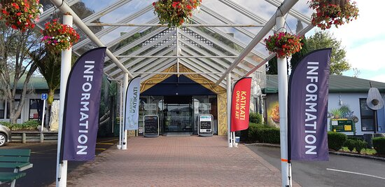 Bay of Plenty Region, New Zealand: Katikati Visitor Information Centre share the space with The Arts Junction.  We have local and national information, sell local product, have an art gallery that changes every two weeks and also have a artisan movie theatre