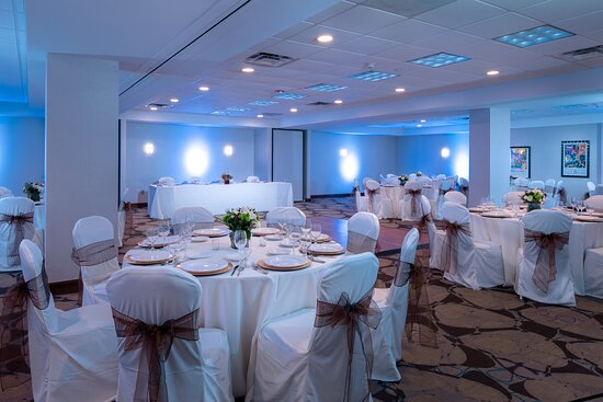 Hold the Memphis wedding of your dreams at our downtown hotel.