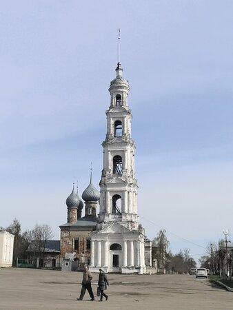 Вид на храм-колокольню с центральной площади Юрьевца