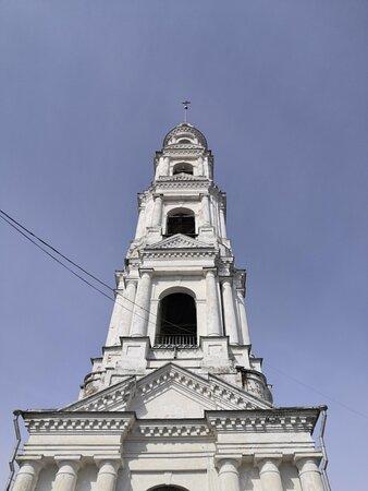 У подножия одной из самых высоких колоколен Ивановской области
