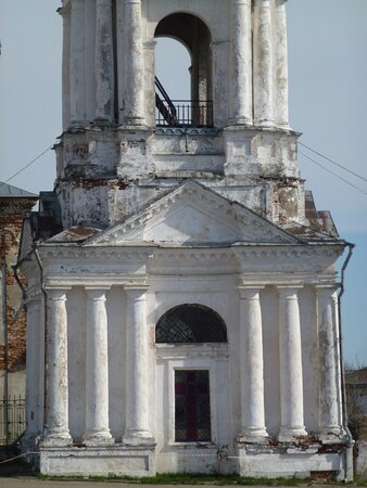 Первый ярус колокольни (в нём и размещается Георгиевская церковь)