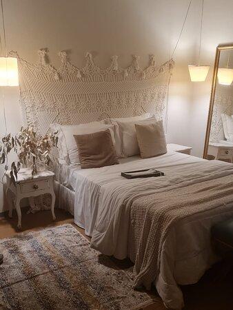 O quarto super charmoso, não tem tv a cabo mas se vc tiver uma conta na netflix já resolve, bem arejado, bem confortável.