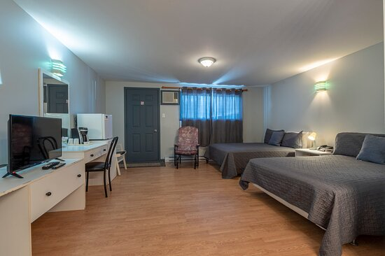 Chambre côté chemin! Deux lits double, salle de bain complète, air climatisé, télévision, téléphone, air climatisé, cafetière, Wi-fi gratuit.