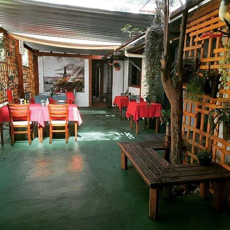 Área externa com distanciamento das mesas