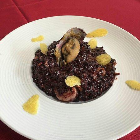 Risoto de arroz negro com limão siciliano e frutos do mar
