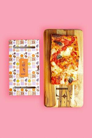 Generosa fatia de pizza com Massa leve e crocante feita com mix de farinhas italianas  fermentada lentamente com molho de tomate San Marzano, Mozzarella Fior di Latte, Parmesão e Manjericão  Tamanho 10x20cm