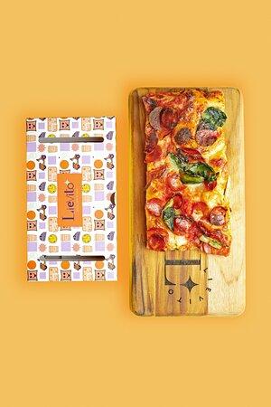 Generosa fatia de pizza com Massa leve e crocante feita com mix de farinhas italianas  fermentada lentamente com molho de tomate San Marzano, Mozzarella Fior di Latte,salame artesanal apimentado Diavoleti e Escarola Tamanho:10x20cm