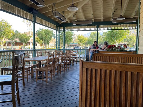Temescal Valley, CA: Dorry's patio dining area
