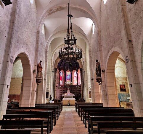 Une église du 19èm découverte par hasard, ouverte, accueillante et élégante, bien mise en valeur sur une place dédiée. Ce village, comme toute la région, est riche d'un patrimoine historique et/ou plus contemporain.