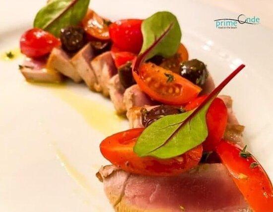 Tagliata di tonno scottato con pomodorini e olive taggiasche