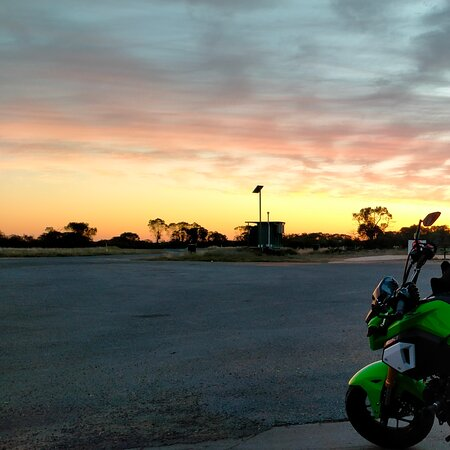 Wilcannia, Úc: Morning sunrise at Emmdale whilst waiting for them to open