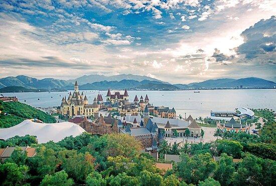 𝗩𝗶𝗻𝗽𝗲𝗮𝗿𝗹 𝗟𝗮𝗻𝗱 𝗡𝗵𝗮 𝗧𝗿𝗮𝗻𝗴 Tọa lạc trên đảo Hòn Tre xinh đẹp, Vinpearl Land được biết đến như điểm đến du lịch Nha Trang – thiên đường của miền nhiệt đới. Với quần thể công viên nước ngọt trên bãi biển rộng lớn với diện tích hơn 50.000m2, cùng hệ thống núi nhân tạo và các trò chơi nước hiện đại, độc đáo và thót tim. Hệ thống công viên nước Vinpearl Land Nha Trang được chia thành 3 khu chính: khu trò chơi cảm giác mạnh, khu trò chơi gia đình và trẻ em, khu trò chơi thể thao trên.