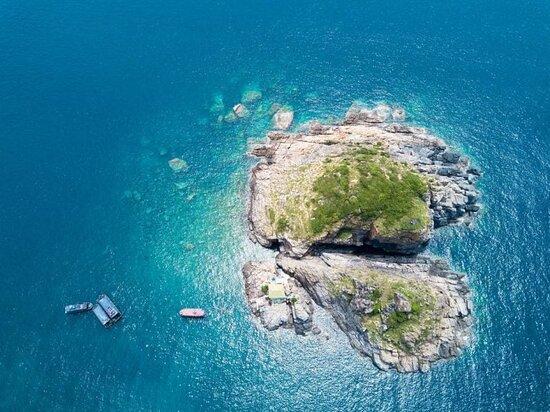Đ𝗮̉𝗼 𝗛𝗼̀𝗻 𝗠𝘂𝗻 Được mệnh danh là một trong những hòn đảo thơ mông nhất Nha Trang. Hòn Mun cách cảng cầu đá khoảng 10 km, mất khoảng 20 phút đi tàu hoặc cano bạn sẽ đến với đảo. Hòn Mun là khu bảo tồn biển đầu tiên của Việt Nam, nơi đây bảo tồn các loài sinh vật biển quý hiếm trong lòng đại dương với những loài cá và san hô.Khi đến với đảo Hòn Mun bạn sẽ khá bất ngờ khi đá trên đảo đều là màu đen, nước biển ở đây trong veo, phong cảnh thiên nhiên tươi đẹp, đi bộ dạo quanh hòn đảo để chụp .