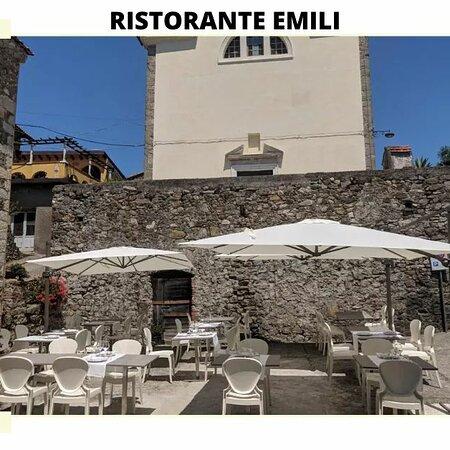 La piazza medioevale allestita dal ristorante Emili