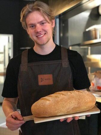 Emil, viser stolt vores brød frem