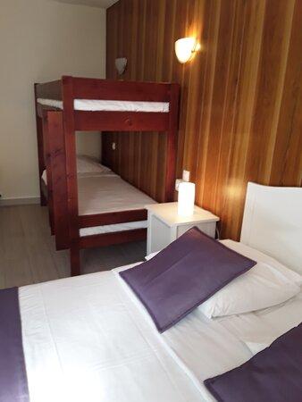 Chambre familiale pouvant accueillir jusqu'à 4 adultes + un lit d'appoint pour enfant.