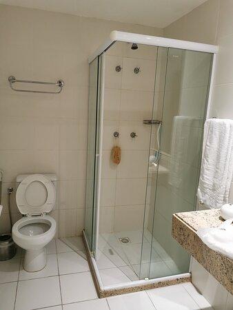 O banheiro na suíte oferece mais espaço do que nos apartamentos comuns.