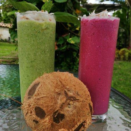 Smoothie's de Coco con Albahaca y Piña ó de Coco con Frutos Rojos, bebidas que acompañan tus tardes en @grunpub. #Tesalia  #Tesaliaestademoda