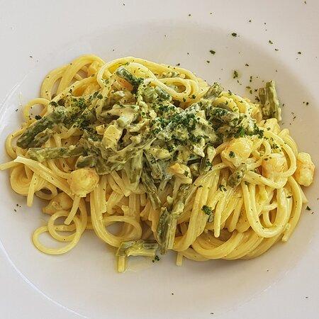 spaghetti con gambas, asparragos y azafran