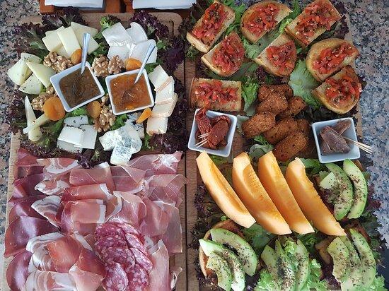 tablas mixtas de quesos, embutidos, fruta y bruschette