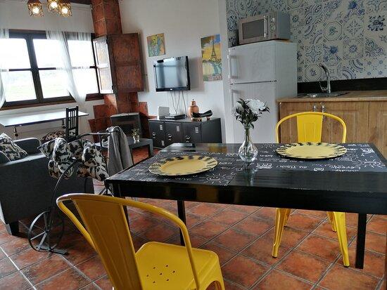 Salón cocina apartamento rural dúplex Requexón para 2 personas