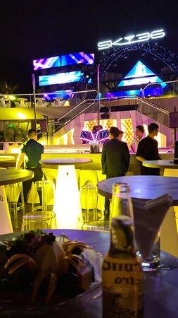 Bar ngoài trời trên tầng thượng khách sạn Novotel