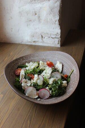 Салат с молодой моцареллой, зеленью и трюфельным маслом.