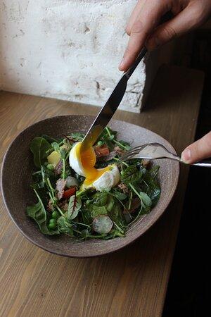 Салат с тунцом, молодым горошком, анчоусами, картофелем и яйцом пашот.