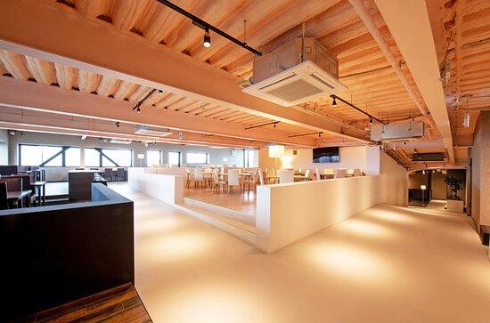 国宝姫路城天守閣を望むロケーションにあるカフェ&ダイニングバー。 屋上はもちろん、店内(7F)でも遠くまで広がる姫路城の緑と姫路の街を眼下に、 こだわり食材を心ゆくまで味わえます。
