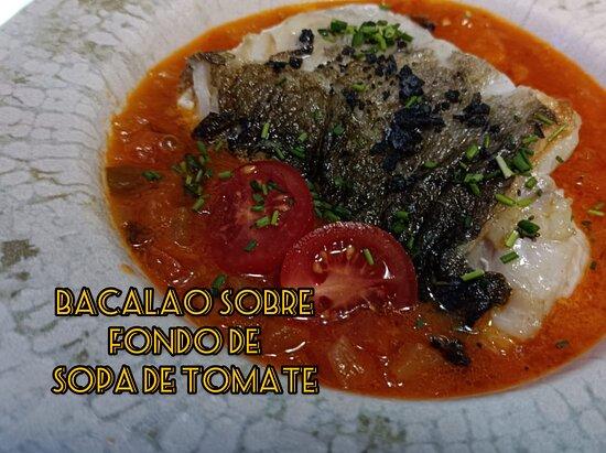 Bacalao sobre fondo de sopa de tomate