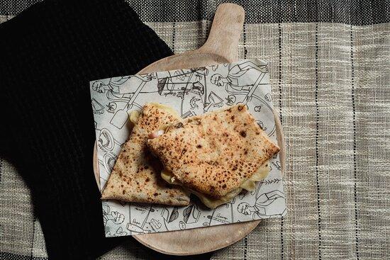 Día fresquito y ligerito como nuestro panino de Jamón York. - J A M Ó N Y O R K $115 - 50g de jamón, champiñones, mozzarella, queso provolone ahumado, aceite de oliva extra virgen con ajo y perejil.