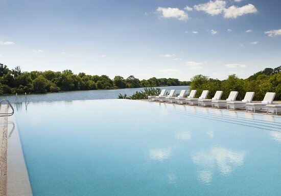 Fort Meade, FL: Streamsong's lakeside infinity pool.