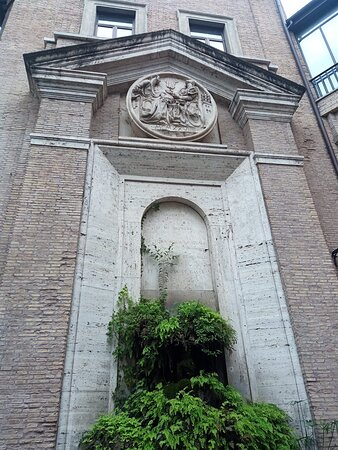 All'esterno di Palazzo Borromeo...