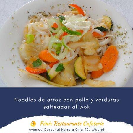 Noodles de arroz con pollo y verduras salteadas al wok