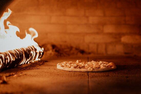 Criciuma: Pizzas preparadas no forno a lenha.