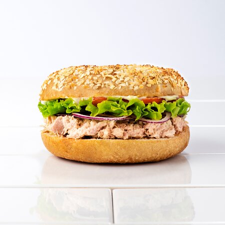 Tuna Salata | Tuna Salad Salata od tune s celerom, aioli od limuna, crveni luk, rajčica, zelena salata Tuna fish salad with celery, lemon aioli, red onion, tomato, lettuce