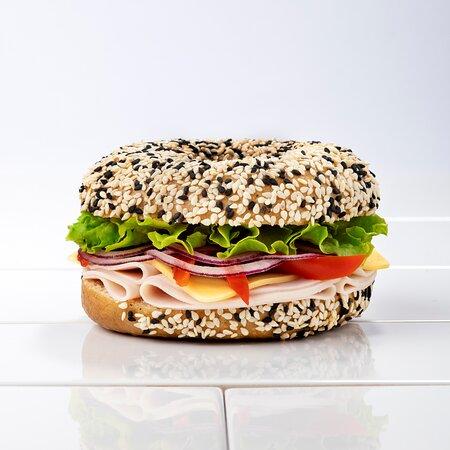 Purica | Turkey Pureca, Edamer, pečena crvena paprika, crveni luk, rajčica, zelena salata, majoneza  Turkey, Edamer, roasted red pepper, red onion, tomato, lettuce, mayonnaise