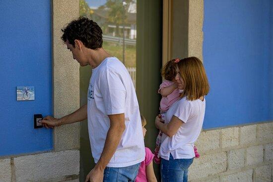 Ogni camera al Borgo Stazione Bike Inn usa la domotica, non riceverai chiavi per aprire la tua porta, ma un codice di sicurezza, e in camera troverai delle tessere magnetiche per uno sostenibile delle dispositivi  elettrici.