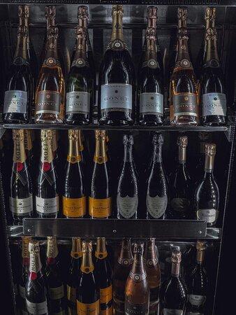 Il buon cibo va accompagnato dal buon bere: Myrto e' avant-garde pizza & food....& wine