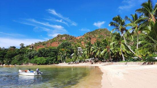 Isla Praslin, Seychelles: Strand vor den Chalets