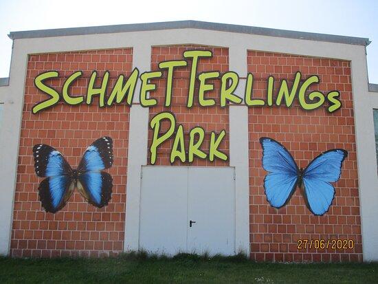 Die Halle des Schmetterlingspark Fehmarn vom Parkplatz aus